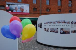 Luftballons schmücken die Ausstellung