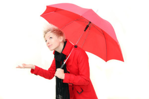 junge Frau mit Regenschirm
