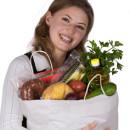 junge Frau hält Einkaufstasche