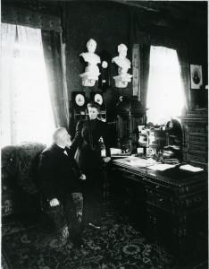 Ernst v. Bergmann in seinem Arbeitszimmer