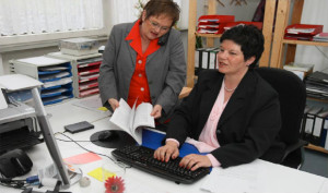Bundesvorsitzende Margit Settan mit einer Kollegin