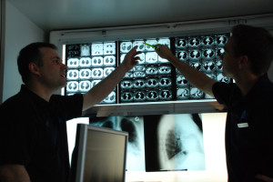 Dr. Krüll und Dr. Noga vor Röntgenbildern