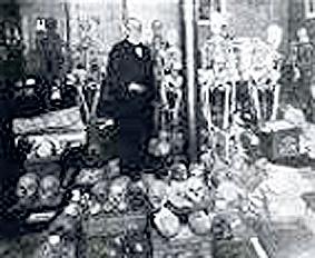 Virchow mit Exponaten seiner pathologischen Sammlung