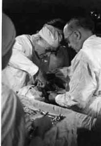 Dr. Ferdinand Sauerbruch bei einer Operation