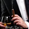 Mann mit Alkohol und Zigarre