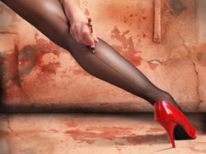 Frau mit Strumpfhose und roten High Heels