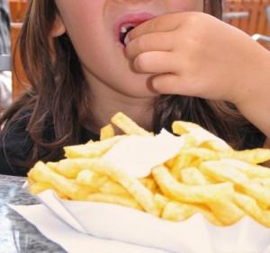 Kind isst Pommes Thommy Weiss pixelio.de