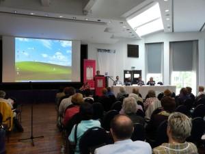 Vorsitzende Margit Settan und Referenten