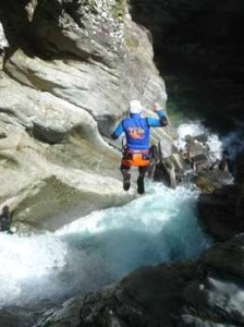 Absprung in die Tiefe vom Wasserfall