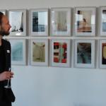 ein Ausstellungsbesucher