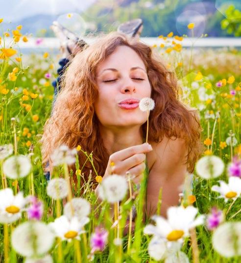 Mädchen pustet Pusteblume in Wiese / dandelion-5